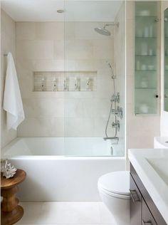 Diseño de cuarto de baño con paredes caladas