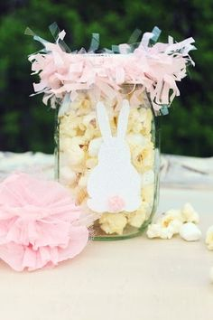 Mason jar crafts are a really easy way to add spring accents in your home for Easter. Here are 15 cute and colorful Easter and spring Mason jar ideas, like Easter bunny jars and Easter bunny nests. Easter Candy, Hoppy Easter, Easter Food, Easter Dinner, Easter Table, Easter Eggs, Mason Jar Gifts, Mason Jar Diy, Jar Crafts