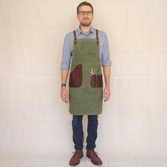 Handmade at our Brisbane studio and constructed from 16 Oz waxed canvas, 8 Oz waxed canvas lining and combination tanned bovine leather. These aprons