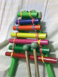Prepare algunos instrumentos musicales con material reciclable, les dejo estos 4 que he hecho y que Enmanuel ha disfrutado, sobre todo la ...