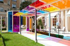 O artista francês Daniel Buren é famoso por criar instalações artísticas cheias de cores, que exploram o uso da transparência e o jogo de luzes.