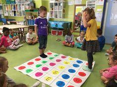 Hoy os presentamos el nuevo panel de juegos de lectoescritura que hemos preparado durante el mes de septiembre. En primer lugar repartim... Preschool Literacy, Kindergarten, Reggio Emilia, Student Teaching, Pre School, Picnic Blanket, Kids Rugs, Teacher, Education