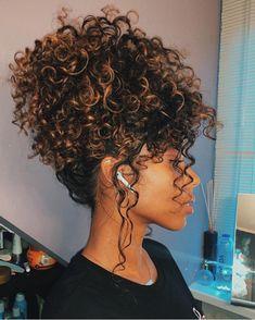 Curly Hair With Lights: 60 Ideas In This Amazing Cabelo cacheado com luzes: 60 ideias desse estilo incrível Curly Hair With Lights: 60 Ideas In This Amazing Style - Curly Hair Updo, Curly Hair With Bangs, Curly Hair Tips, Short Curly Hair, Short Hair Styles, 3b Hair, Curly Hair Bun Styles, Colored Curly Hair, Medium Curly