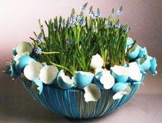 Osterdeko mit Frühlingsblumen blumenstrauß eierschalen