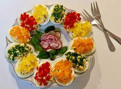 Kolorowe jajeczka faszerowane żółtym serem, szczypiorkiem oraz rzodkiewką pięknie i smacznie zaprezentują się na wielkanocnym stole ale oczywiście nie tylko Polish Easter, Easter Recipes, Frittata, Bruschetta, Tapas, Good Food, Food And Drink, Appetizers, Cooking Recipes