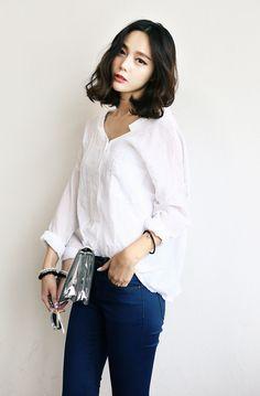 Classic basic white casual shirt a wardrobe must have Ulzzang Fashion, Korean Fashion, Wavy Hair, Her Hair, Medium Hair Styles, Short Hair Styles, Korean Hairstyles Women, Permed Hairstyles, Look Chic