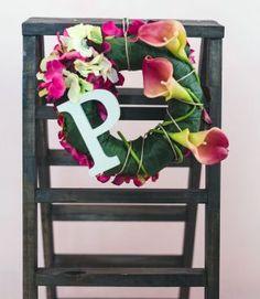 Ghirlanda Mary realizzata con #fioriartificiali #spago #lettera in #legno #ortensie #verdi e #amaranto #callegialleamaranto #naturaltouch ;  #base completamente ricoperta da #foglie di #ortensie #iniziale #iniziali #decorazioni #homedesign #ghirlande #design #floraldesign #designpersonalizzato #lafleuriste #lafleuristechic  Sono disponibili tutte le #lettere dell' #alfabeto