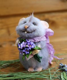 Needle felt realistic mouse with flowers, felted mouse, Waldorf animal, felted toy, felt animal, eco-friendly, collectable miniatur