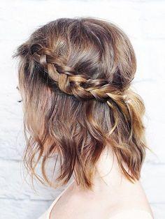 Você disse penteados? Selecionamos muitas fotos de penteados simples e lindos, em cabelos curtos, para você se inspirar. Penteados para formatura, penteados para casamento e até aqueles mais descolados para ir pra aula ou para um festival! Vale tentar fazer em casa ou pedir um help para o seu cabeleireiro. Olha só...