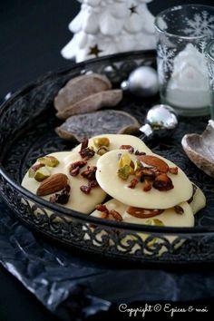 Mendiants crus au chocolat blanc, fruits secs et arilles de grenade #vegan #sans gluten { Epices & moi }