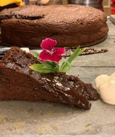 Bolo de chocolate cremoso: simplesmente irresistível - Territórios Gastronômicos Desserts, Food, Birthday Cakes, Dessert, Simple, Gastronomia, Sweets, Tailgate Desserts, Deserts
