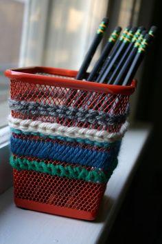 Dando um charme para o porta-lápis com linhas de lã