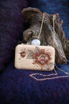 """Una cartera de madera pirograbada por Katia Markina . Taller de artesanía y restauración """"A Mano"""" Ezcaray La Rioja España"""