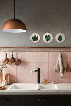 Concrete, pink tiles & copper highlights to create a chic and soft atmosphere.