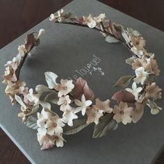 Corona envolvente de flores Flower Tiara, Flower Crown Wedding, Bridal Crown, Bridal Tiara, Bridal Flowers, Flowers In Hair, Floral Headpiece, Headpiece Wedding, Bridal Headpieces