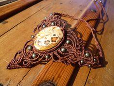 Collier macrame marron avec pierre semi precieuse en leopardite et perles en pyrite. de la boutique BelisaMag sur Etsy