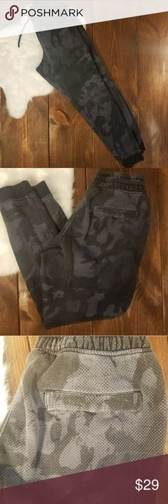 (Under Armour) Women's Joggers Under Armour Women's Joggers   Gray and black camo style (I think it looks less camo in real life and more of a modern gray and black pattern), but in the photos, more of the 'camo'  style shows up. To the best of my knowledge they are ladies, and not men's, but i am not sure. However, I feel like this jogger style is unisex.  Gently used condition. Some signs of normal wear and washing.   Size Small.  Jogger sweats. Athletic wear. Sweatpants. Workout clothes…