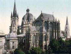 Catedral Carolingia en Aquisgrán - (Alemania) La arquitectura carolingia nace en el valle del río Rin. El estilo es desarrollado Carlomagno, quien fundó el imperio Carolingio y nombró a esta ciudad como su capital. La catedral de Aquisgrán era una capilla adjunta al palacio  de Carlomagno. El encargó su construcción en estilo Bizantino. La iglesia de Carlomagno es la obra religiosa más antigua del norte de Europa. Su arquitecto fue el francés Eudes de Metz y la edificó entre los años 790 y…