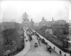 London in Victorian Era circa Traffic on the southern approach to Tower Bridge spanning the River Thames near the Tower of London. The bridge was completed in a monument to the Victorian Era. (Photo by Reinhold Thiele/Thiele/Getty Images) Victorian London, Vintage London, Old London, Victorian Era, South London, London Map, Edwardian Era, London Pictures, London Photos