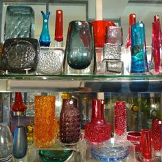 Geoffrey of Robinson Antiques specialises in Art Deco and post war glass, you will also find china, lighting, mirrors, photo frames and small furniture, especially in the Modernist style.