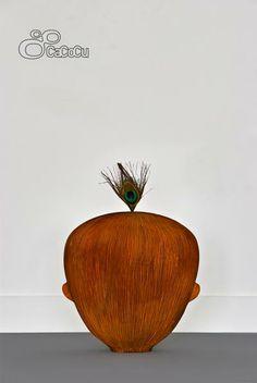 """""""Born Stubborn"""", Luc Huijbregts. Talla de madera de tilo y plumas. Dimensiones: 25 x 35 24 cm"""