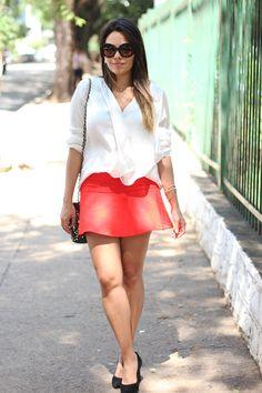 Look: Camisa Branca com Babados e Saia Vermelha