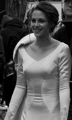Kristen filming the wedding scene for Breaking Dawn Pt 1 Twilight Wolf, Twilight Saga Series, Twilight Movie, Twilight Wedding Dresses, Kristen Stewart Twilight, Kristen And Robert, Edward Bella, Bella Cullen, Wedding Movies