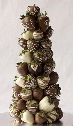 Chocolate covered strawberry tree instead of traditional wedding cake?- I think along with the wedding cake is a good answer. or plain strawberries with a chocolate fountain. Strawberry Tower, Strawberry Delight, Strawberry Shortcake, Kreative Desserts, Love Chocolate, Chocolate Dipped, Chocolate Favors, Decadent Chocolate, Chocolate Recipes