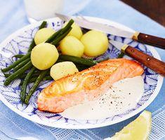 Citronsåsen är ljuvligt mild till den krispigt stekta laxen. Det hela serveras med en krispig sallad av haricots verts. Pressa citronklyftorna över laxen om du vill få extra syra, gott i kombination med den gräddiga såsen! Fish Recipes, Snack Recipes, Snacks, Norwegian Food, Everyday Food, Food And Drink, Healthy Eating, Yummy Food, Lunch