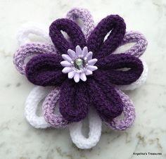 Flor realizada con distintas tiras de hilo tricotado con tricotin