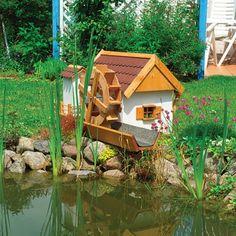 Die Wassermühle – der Hingucker in Ihrem Garten  Liebevoll gefertigte Wassermühle, komplett mit elektrischer Umwälzpumpe. Nur zum Betrieb am Gartenteich, da kein eigenes Wasserreservoir vorhanden ist. Das Dach ist mit Bitumenbiberschwanzschindeln gedeckt und das Haus ist weiß lackiert. Optional ist eine Innenbeleuchtung erhältlich.    Maße Haus: L 69 x B 70 x H 59 cm    Gesamtmaße mit Auslauf sind: L 110 x B 74 x H 59 cm    FSC-Geprüftes massives Kiefernholz aus europäischen Anbau.