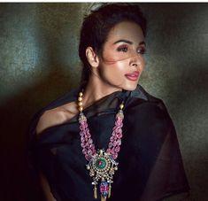 Malaika Arora showcasing heavy kundan jewelries embedded with precious stones and other elements. Royal Jewelry, India Jewelry, Beaded Jewelry, Gold Jewelry, Jewelery, Gold Necklaces, Antique Jewellery, Trendy Jewelry, Modern Jewelry