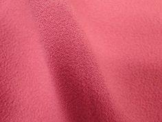 Crepe Miucha (Shocking). Tecido de poliéster, leve, fluido, possui textura, suave transparência. Ideal para modelagens amplas e fluidas. Sugestão para confeccionar: Vestidos longos, camisas, saias, entre outros.