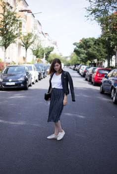 The Casual Issue | Sommeroutfit mit Plissee Rock, Adidas Gazelle Sneakers, schwarzer Lederjacke und weißem T-Shirt von Acne Alle Details zum Outfit findet ihr hier:  http://thecasualissue.com/outfit-plissee-rock/