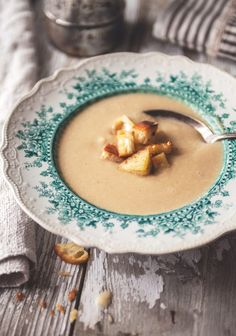Creamy caramelized onion soup with garlic croutons - Trois fois par jour Soup Recipes, Cooking Recipes, Healthy Recipes, Delicious Recipes, Onion Soup, Caramelized Onions, Soup And Salad, Food Photo, Food Inspiration