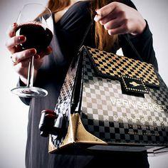 """""""「Wine Handbags」は、バッグの中にワインを入れてしまった、非常に画期的なアイテムです"""" http://www.toxel.com/inspiration/2013/04/05/wine-handbags/"""