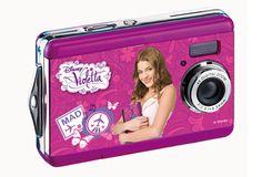 Ya está aquí la Camára Digital  Violetta para todas las fans, con la que podrán hacer fotos de gran calidad gracias a los 8 mpx de resolución de imágen, el zoom óptico y el flash incorporado.