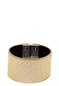 Pulseira Carmim Crocco dourada feita em material sintético, medindo 18cm de comprimento e 4cm de largura. Possui fechamento de encaixe magnético e textura. A Pulseira Carmim Crocco é ideal para complementar looks