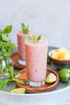 Sweet, refreshing rejuvenating blueberry mint pineapple smoothie – a fun flavor combo to take your smoothie steaze up a notch and help with good digestion. I've been sitting on this smoothie … Snacks For Work, Healthy Work Snacks, Clean Eating Snacks, Healthy Recipes, Healthy Eating, Apple Smoothies, Strawberry Smoothie, Healthy Smoothies, Healthy Juices