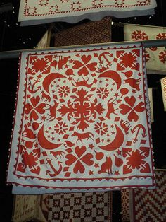 applique Love the style - symmetric and then Baltimore type Sybil's - stand alone appliqués thrown in. Old Quilts, Antique Quilts, Vintage Quilts, Hand Applique, Wool Applique, Applique Patterns, Two Color Quilts, Red And White Quilts, Hawaiian Quilts