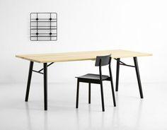 La mesa de comedor Split es una interpretación escandinava de una mesa de tablones de madera. La superficie de la mesa se compone de tres listones de madera maciza montadas sobre patas de madera redondas, lo que da a la mesa sus características. La mesa parece al mismo timepo sólida y