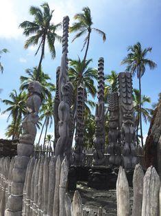 Der Pu'uhonua O Honaunau Nationalpark ist wunderschön. Die Unterschiedlichen, starken Farben, die geschnitzten Holzstatuen und die Historische Geschichte sind sehr spannend.