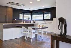Casa Gerard.   Bajo su contraste de blanco y piedra, esta vivienda ecoeficiente situada en L'Eliana es la perfecta prueba de compatibilidad entre diseño y sostenibilidad. #Cocina_abierta   #Moderno #Natural #Sostenibilidad #Perfecta #Blanco #Proyecto #diseño #diseñointerior #Chiralt_arquitectos Valencia