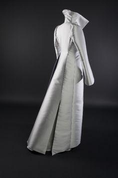 Manteau de mariée en triple taffeta de soie, signé Edith Bréhat.