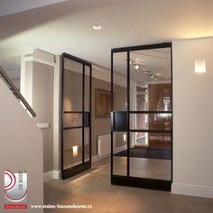 Voor een project in Rotterdam mochten wij deze prachtige stalen deuren plaatsen. Het unieke aan deze stalen deuren is de bijzondere vlakverdeling.