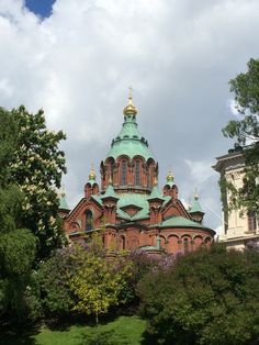 Uspenski Cathedral, an Eastern Orthodox cathedral designed in 1868 by Alexey Gornostaev, is located in Tove Janssons Park on the Katajanokka peninsula in Helsinki.  #travel #finland #scandinavia #europe #helsinki #suomi #architecture #cathedral #nordic