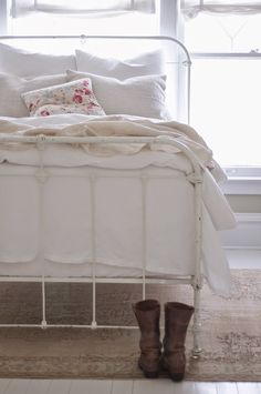 Vintage Whites Blog, I love everything about this house espesially this gorgeous bed!