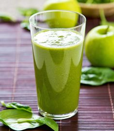Green Smoothies are packed with fiber, protein and other essential nutrients. Try these easy tips to make vegetable healthy breakfast smoothies. Smoothie Legume, Celery Smoothie, Green Smoothie Recipes, Smoothie Diet, Healthy Juices, Healthy Drinks, Healthy Snacks, Healthy Recipes, Easy Recipes