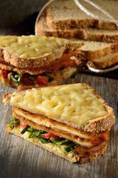 Te presentamos un sándwich con milanesa de pollo, chile poblano y queso. Es un sándwich muy completo, perfecto para una deliciosa comida. Es sencillo de preparar y tiene todo el sabor de Pan Oroweat® 7 Granos que tanto te gusta.