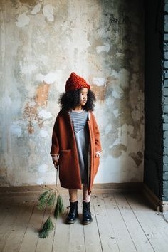 The Copper Coat is made with 100% walked wool (aka broadcloth) and lined with our Tiger print, illustrated by Gretas Schwester, printed on organic cotton. Features two front-pockets for storing those autumnal treasures such as chestnuts and acorns. outer: 100% walked wool | inner: 100% organic cotton 2-3Y | 3-4Y | 4-5Y | 5-6Y designed in Berlin | produced in Poland